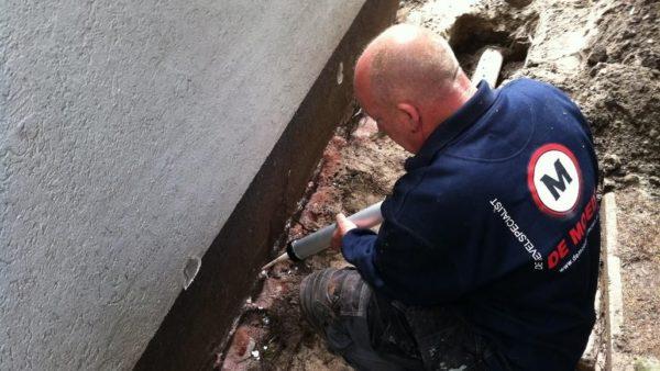 DE MOEDT breidt zijn diensten uit met injecteren tegen optrekkend vocht in muren!